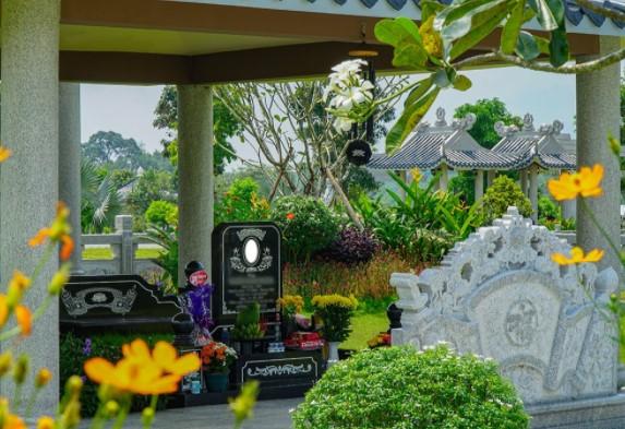 Một góc của bức bình phong trong khu mộ gia tộc