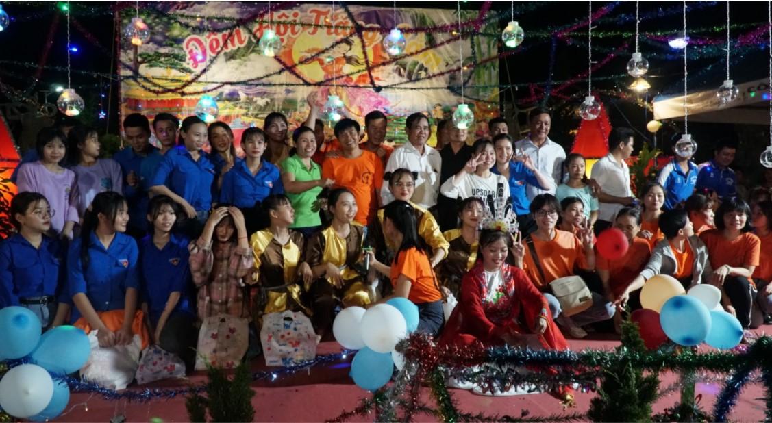 """Thầy Thích Nghiêm Thuận, Chị Hằng và các bạn tình nguyện viên thực hiện chương trình """"Đêm Hội Trăng Rằm"""""""