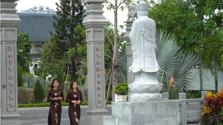 Dâng hương tại khu gia tộc Công Viên Vĩnh Hằng Long Thành