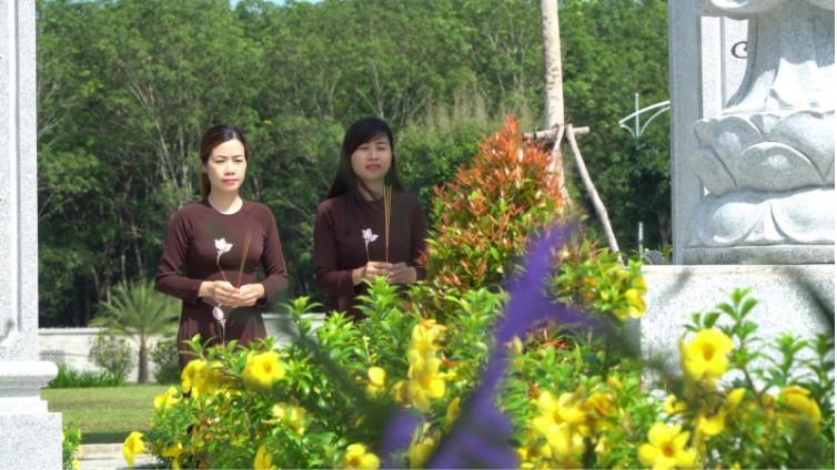 Dâng lòng thành kính của những người con đến với tổ tiên tại khu mộ gia tộc