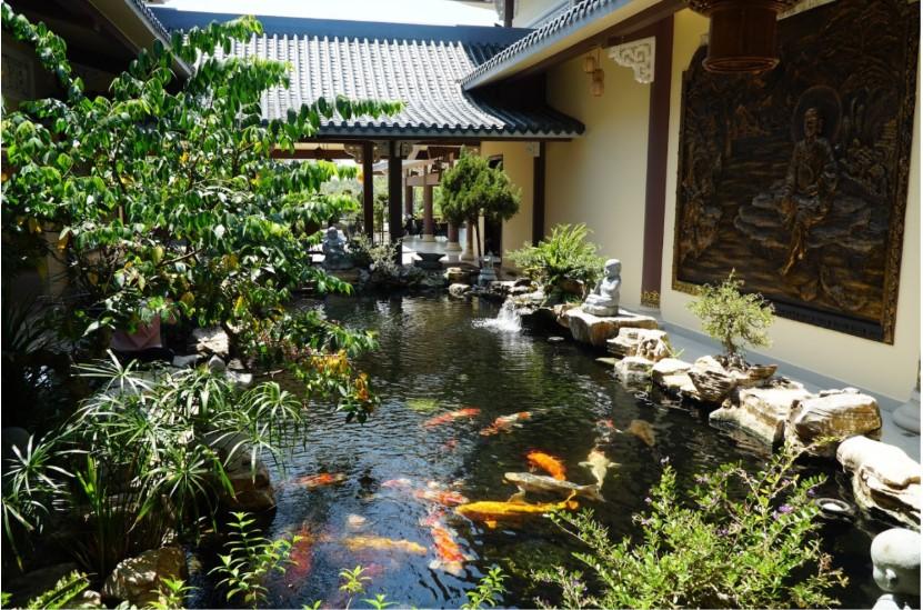 hồ cá trong thiền viện trúc lâm long đức